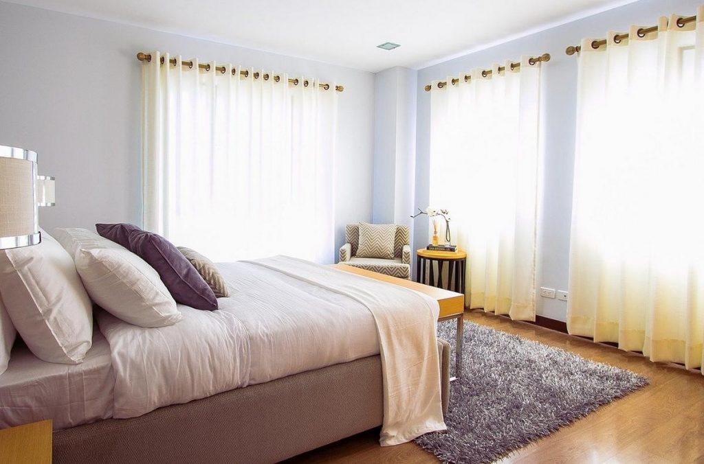 Według feng shui to łózko jest ustawiono dobrze, jednak wpada zbyt dużo światła , co tworzy zbyt aktywną energie w sypialni, w której powinniśmy się wyciszać i spać